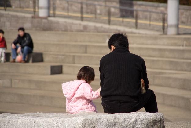 子供と面会する父親